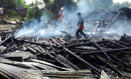 Diduga Akibat Korslet Lampu Charge, Rumah di Tumaluntung Rata Tanah