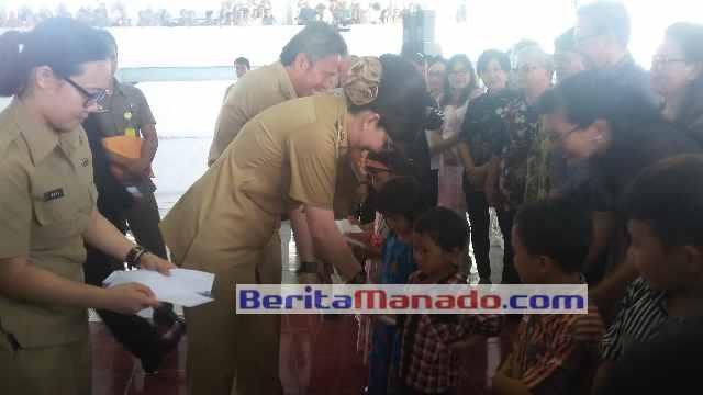 Bupati Christiany Eugenia Paruntu, SE dan Wabup Franky Donny Wongkar, SH Saat Menyerahkan Bantuan Kepada Anak Yatim di Minsel