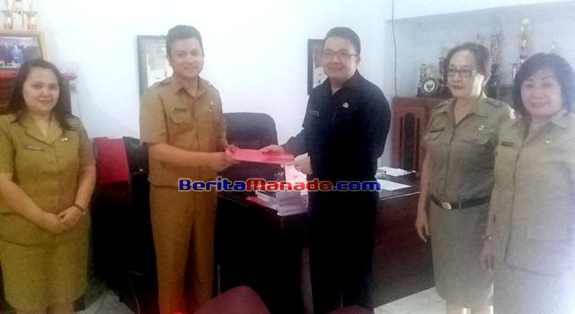 Jimmy Pinangkaan saat menerima Nota Dinas sebagai Plt Sekretaris Disbudpar Minahasa