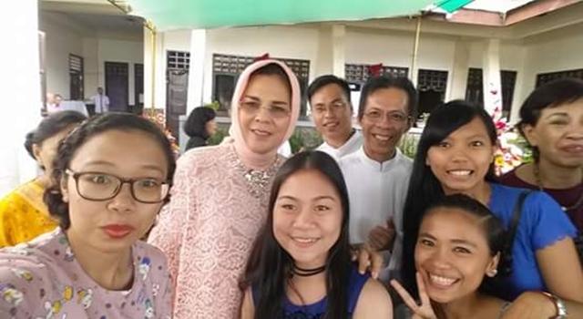 Keakraban Walikota Tatong Bara bersama umat usai Misa Tahun Baru