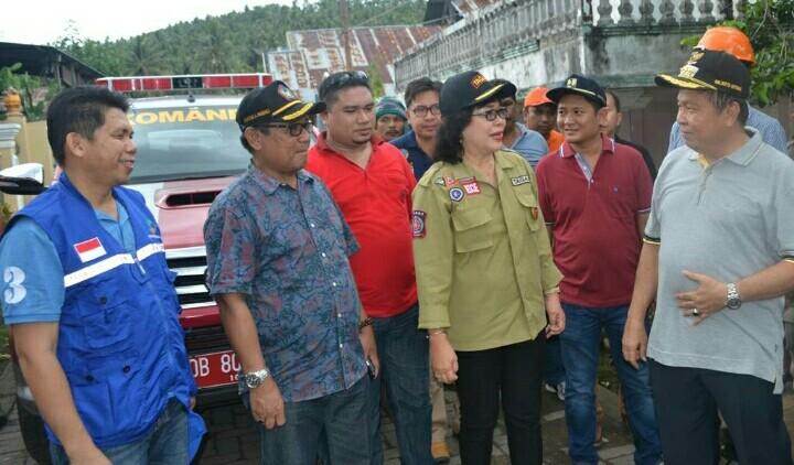 Walikota ketika mengunjungi lokasi bencana di Aertembaga