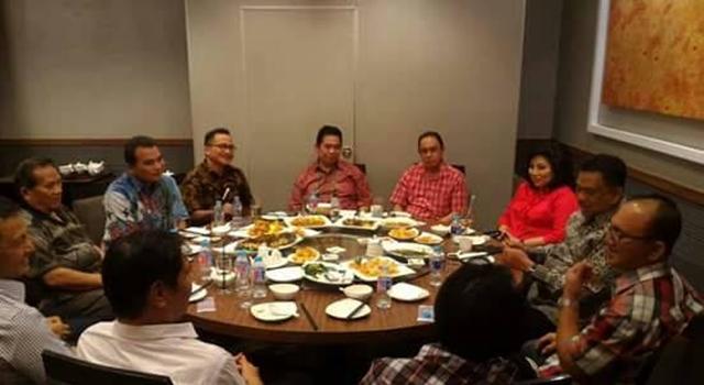 Olly Dondokambey saat menerima laporan dari Kadispar Sulut Daniel Mewengkang