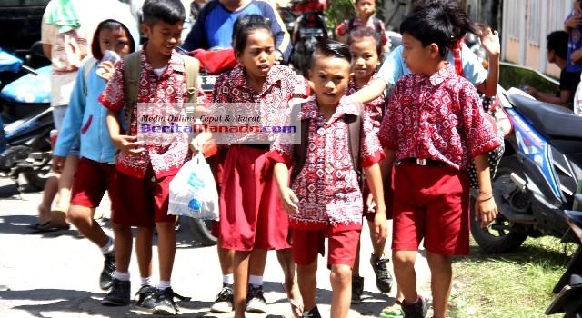 Pulang sekolah, para siswa SD Inpres 51 Manado ini kompak mengumpulkan jajan mereka untuk dibelikan makanan dan minuman buat teman sekolah yang menjadi korban kebakaran.