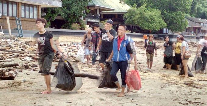 Semangat membershkan pantai Bunaken