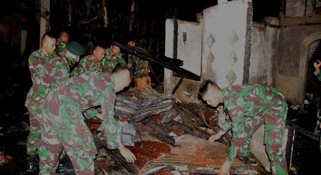 Jajaran Korem 131/Santiago membantu korban kebakaran Kombos