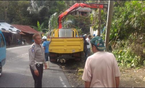 Polres Tomohon Tata Arus Lalin di Sejumlah Titik Pohon Tumbang