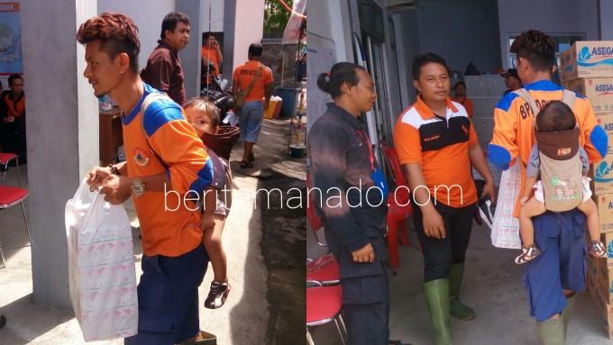 Ajay di Posko Induk manyalurkan bantuan sambil menggendong anaknya
