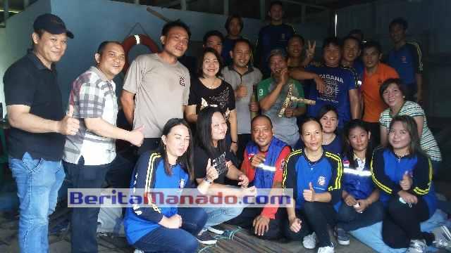 Foto Bersama Kadia Sosial Sofie Sumampow, Kabid Bansos Ofler Sengkey dan Anggota Tagana Minsel Selesai Membersihkan Gudang Tagana