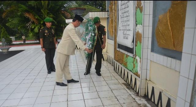 Ivan Sarundajang saat meletakkan karangan bunga di Taman Makam Pahlawan Kairagi Manado