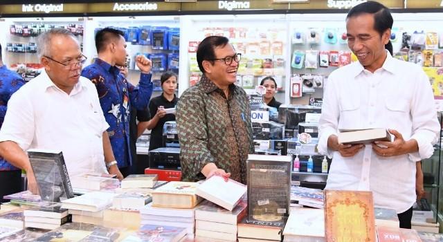 Presiden Joko Widodo saat blusukan di toko buku
