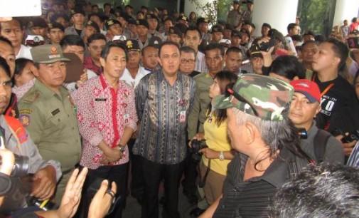 Memalukan !!! Tak Mampu Ringankan Beban Gubernur, ROY RORING dan JOI OROH Tak Berkutik di Hadapan Demonstran