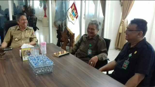 Wabup Franky Wongkar Saat Menerima Rommel Tampubolon