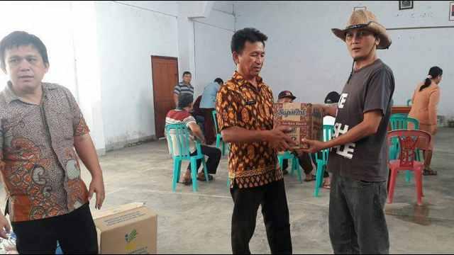 Penyerahan Bantuan di Desa Wuwuk