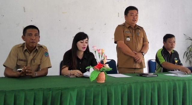 Dirut PD Klabat Estrellah Tacoh memimpin rapat, bersama Camat Kalawat Herman Mengko.
