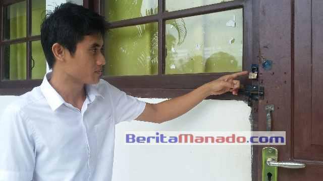 Guru Saat Menunjukkan Pintu Yang Dicongkel di Pencurian di SMPN 2 Sinonsayang