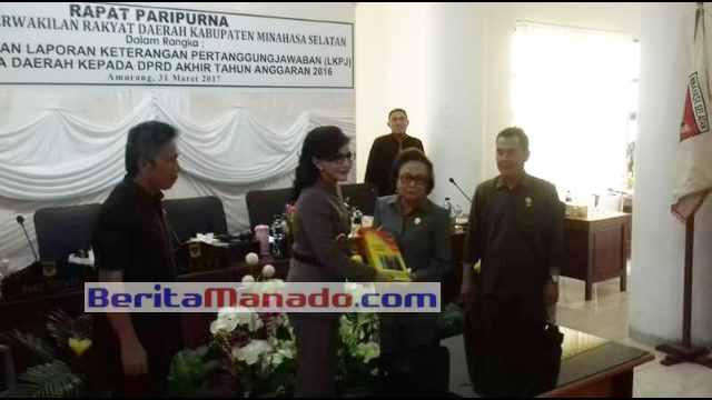 Bupati Minsel, Chrisriany Eugenia Paruntu, SE Menyerahkan LKPJ Kepada Ketua DPRD Minsel Jenny J. Tumbuan, SE