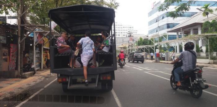Mobil Polisi nantu penumpang terlantar