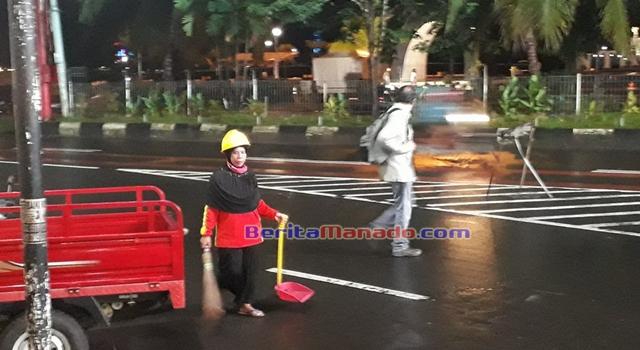 Petugas kebersihan di Kota Makasar bekerja hingga malam hari