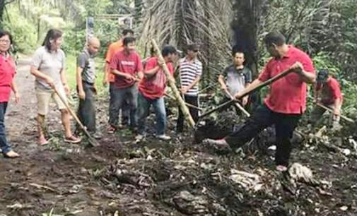 Camat Tombatu Bantu Korban Bencana, Touluaan Pimpin ASN Bersih-bersih Lingkungan