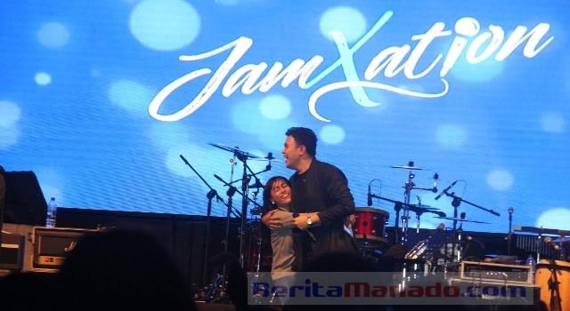 Tulus membuat para penggemarnya histeris saat memeluk salah satu penggemar wanitanya di panggung