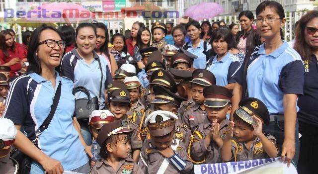 Para siswa dan guru antusias mengikuti kegiatan tersebut karena bermanfaat sebagai pengetahuan tentang tertib lalu lintas dan pengalaman belajar langsung dari polisi.