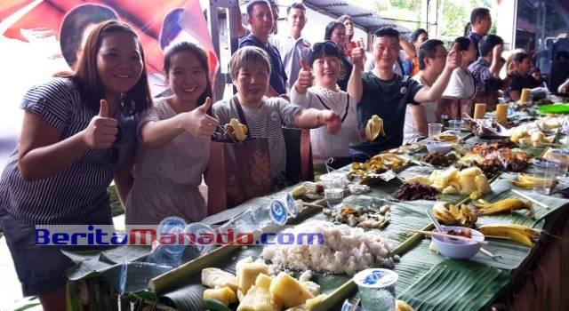 150 turis Tiongkok, yang menghadiri Festival Makan di Daun dalam rangka Hari Ulang Tahun (HUT) ke-13 Kabupaten Minahasa Utara (Minut), Jumat (11/11/2016)