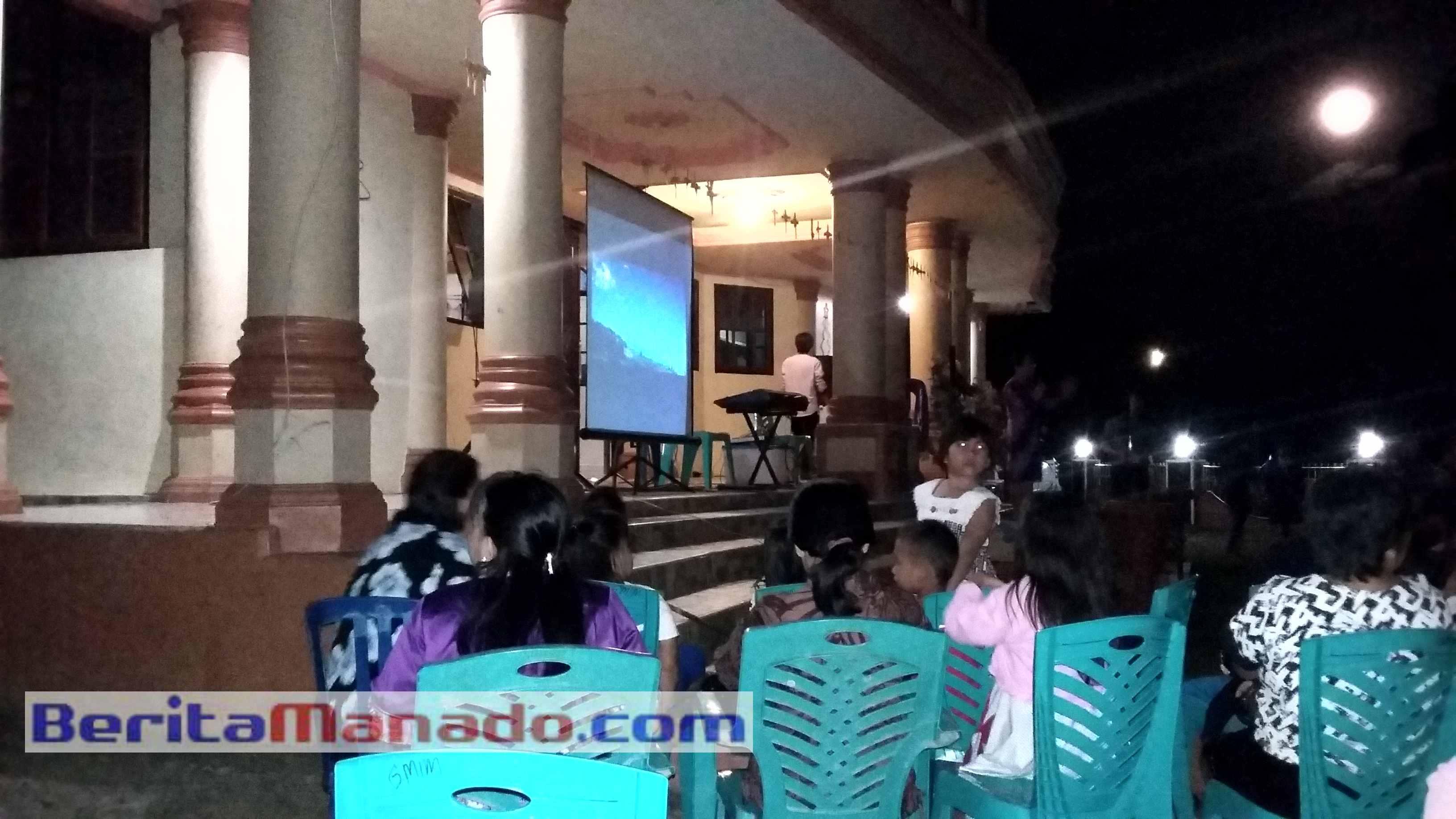 Warga Jemaat GMIM Pniel Sulu Sementara Menonton Pemutaran Film Pengorbanan Yesus. (Foto: TamuraWatung)