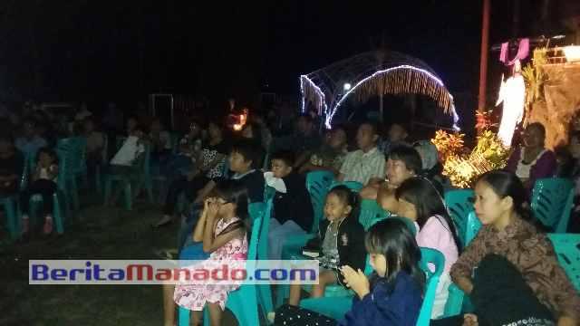 Anggota Jemaat GMIM Pniel Sulu Sementara Khusuk Mengikuti Pemutaran Film Pengorbanan Yesus.(Foto: TamuraWatung)