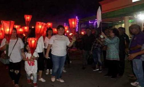Jenny Tumbuan Lepas Pawai Obor Jemaat GMIM Baitel Ranoiapo