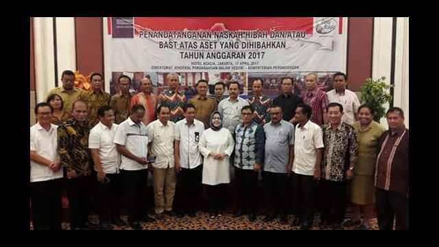 Kadis Perdagangan Minsel, Adrian Sumuweng Saat Menandatangani Hibah di Jakarta