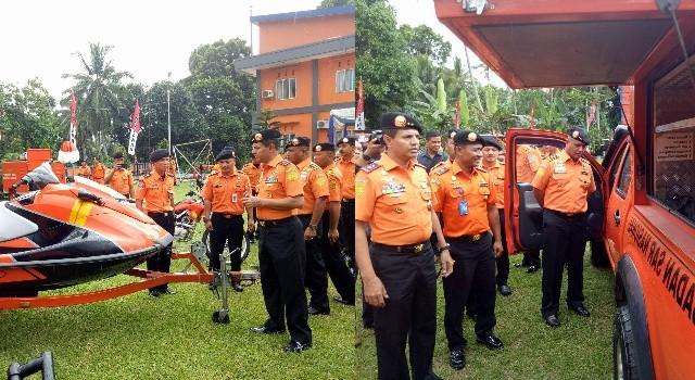 Kepala Baarnas mengecek gedung SAR Manado dan peralatannya.