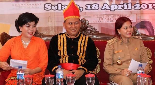 Bupati Minut Vonnie Panambunan bersama Kumtua Desa Kaima Meidy Kumaseh dan istri.