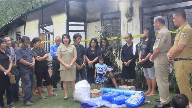 Kadis Sosial Minsel, Sofie Sumampow Saat Menyerahkan Bantuan ke Korban Kebakaran di Desa Pinaling