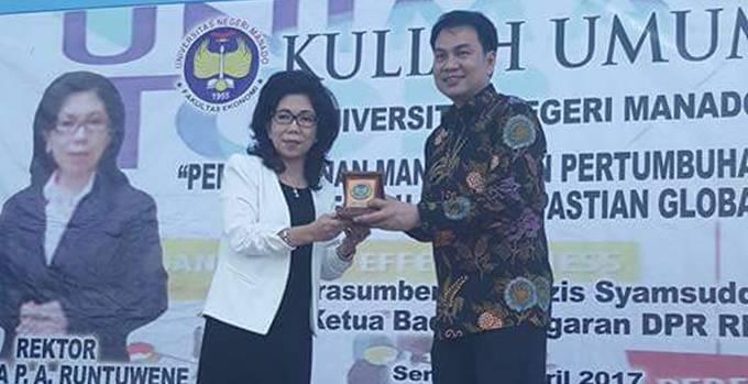 Rektor UNIMA Juyleta PA Runtuwene bersama Aziz Syamsuddin