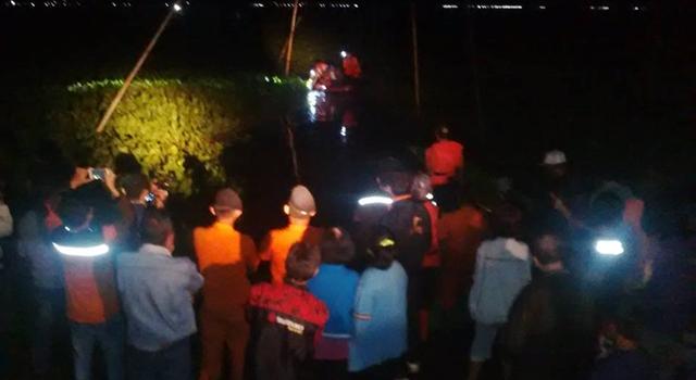 Upaya evakuasi rombongan yang terjebak enceng gondok dari Pulau Likri