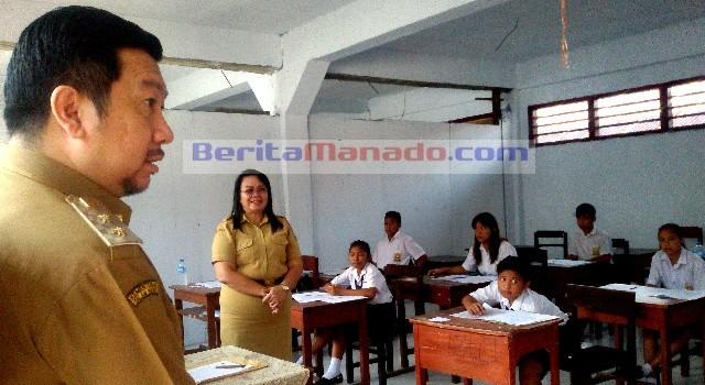 Mor Dominus Bastiaan saat memantau pelaksanaan ujian di SMP Kristen El'Fatah Manado