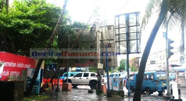 Trotoar arah pertigaan menuju zero point yang berbahaya karena didirikan papan reklame, tiang miring dan pohon kelapa