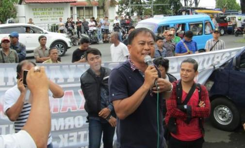 Massa Demo Ingatkan Gubernur (Kedepan) Tidak Sembarangan Menerima Tamu
