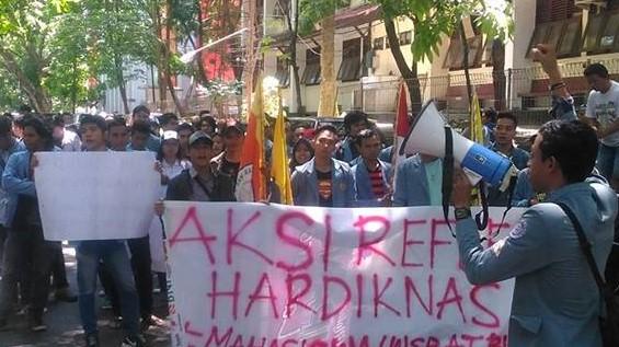 Demo Hardiknas Mahasiswa Unsrat