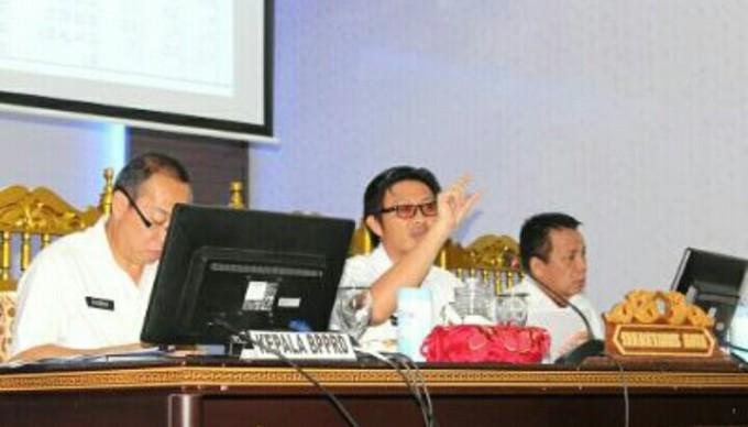 Sekda ketika pimpin rapat evaluasi PAD