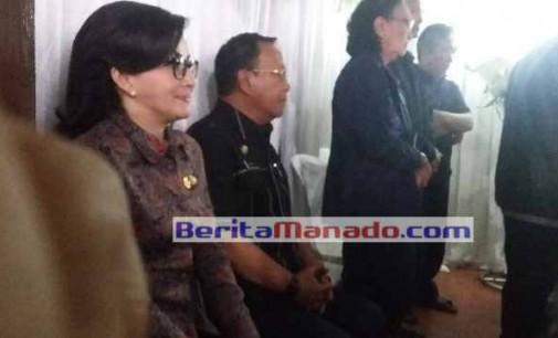 Bupati Tetty Paruntu Melayat ke Rumah Duka Alex Slaat