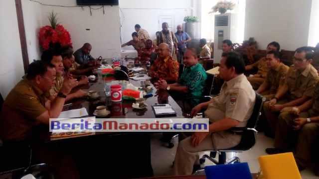 Sekdakab Minsel Drs Danny Rindengan, MSi Saat Menerima Kunjungan Kerja DPRD Kepulauan Yapen