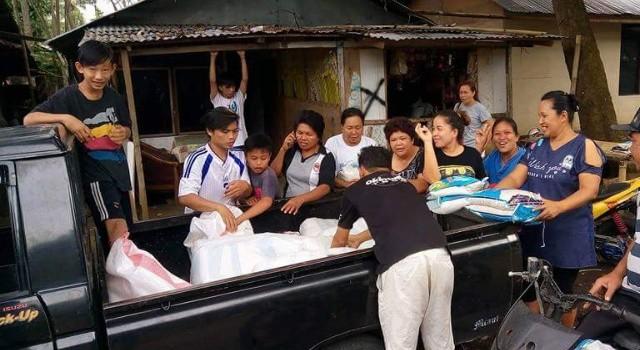 Warga menyambut kedatangan sejumlah bantuan bahan pokok.