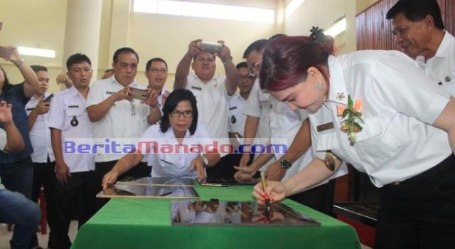 Bupati Vonnie Panambunan menandatangani prasasti pencanangan Kampung KB.