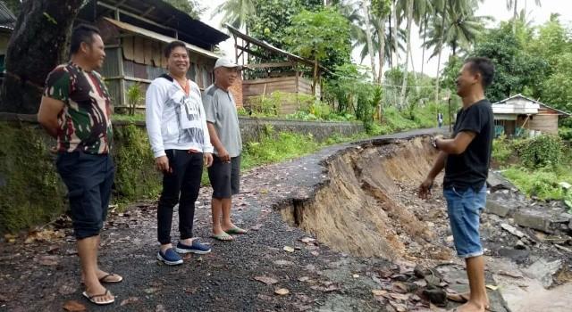 Legislator Minut Edwin Nelwan bertatap muka dengan pemerintah Desa Tatelu di lokasi longsor.(foto: Edwin Nelwan)