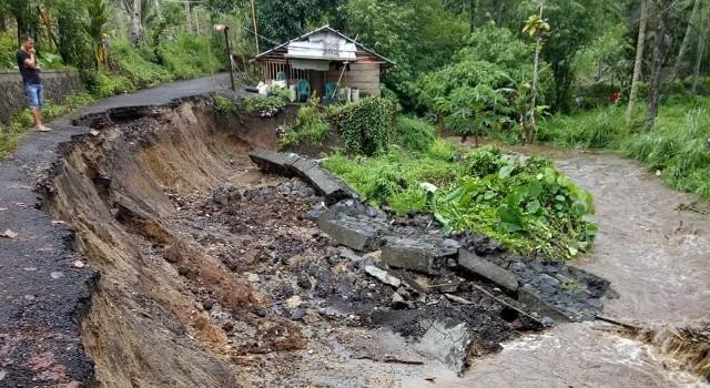 Kondisi talud dan jalan yang longsor akibat bencana banjir di Jaga III Desa Tatelu. Kerusakan parah terjadi sepanjang kurang lebih 30 meter.(foto: Edwin Nelwan)