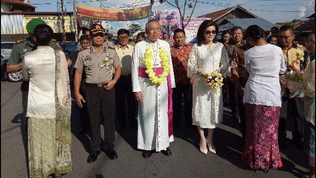 Uskup Manado Mgr Joseph Suwatan, MSC dan Bupati Minsel Christiany Eugenia Paruntu, SE