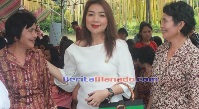 Imelda Nofita Rewah saat bertemu dengan warga Desa Kawatak
