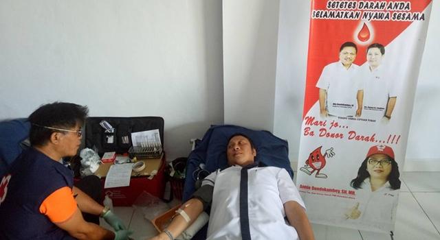 Wakil Bupati Ivan Sarundajang saat melakukan donor darah
