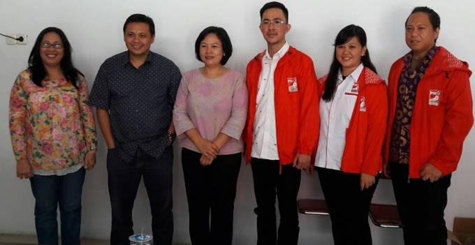 Ketua KPU Sulut Yessy Momongan bersama pengurus PSI Sulut